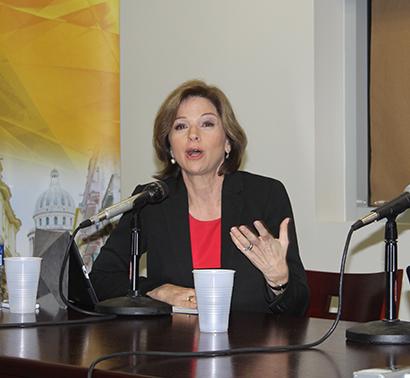 Helen Aguirre Ferré, periodista y analista política integrante del panel de discusión sobre la reforma migratoria, en la Universidad Internacional de la Florida, FIU.