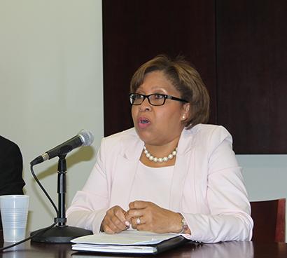 La abogada de inmigración Dahlia Walker, integrante del panel de discusión sobre la reforma migratoria, en la Universidad Internacional de la Florida, FIU.