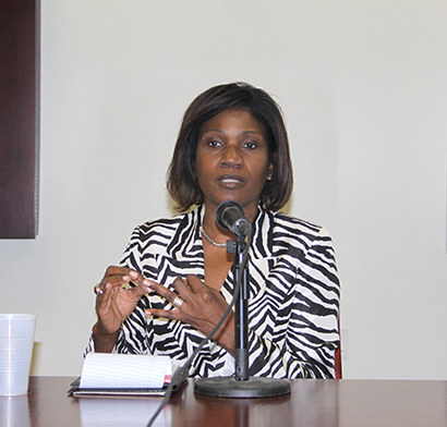 Gepsie Metellus directora ejecutiva del Centro Comunitario Haitiano Sant La, integrante del panel de discusión sobre la reforma migratoria, en la Universidad Internacional de la Florida, FIU.