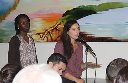 La estudiante de primer año de Relaciones Públicas de la Universidad Internacional de La Florida, FIU y asistente del Instituto de Investigaciones Cubanas, Leni Gomez, preguntó, ¿por qué es tan importante la reforma migratoria para los no inmigrantes? a los integrantes del panel de discusión sobre la reforma migratoria.