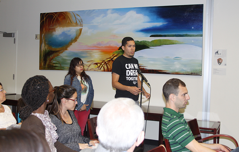 El activista pro inmigrantes y estudiante indocumentado de la Universidad Internacional de La Florida, FIU, en Miami, Julio Calderón pregunto sobre la situación de  los menores no acompañados que están cruzando ilegalmente la frontera, ya que él fue uno de ellos, durante la conferencia sobre la reforma migratoria en FIU.