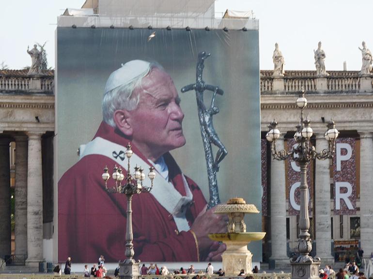 Fotografía de Juan Pablo II en la plaza de San Pedro el día de su beatificación, el 29 de abril del 2011. Cortesía de CNA.
