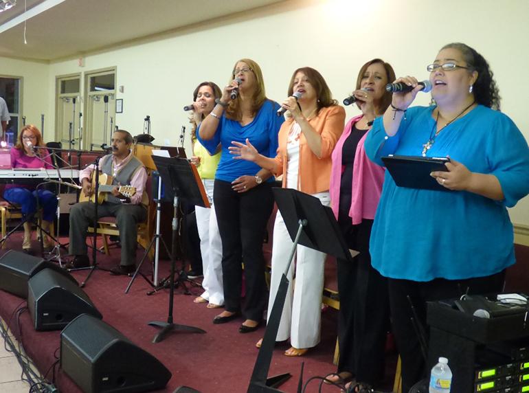 El Grupo Adoremus esta integrado por ocho músicos católicos adoradores de Miami, todos latinos y miembros de varias comunidades de la Arquidiócesis.