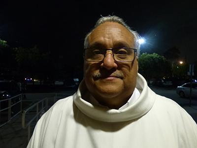 El P. Juan Torres quedó gratamente sorprendido cuando invitó al grupo a la Adoración Eucarística, en la parroquia Prince of Peace.