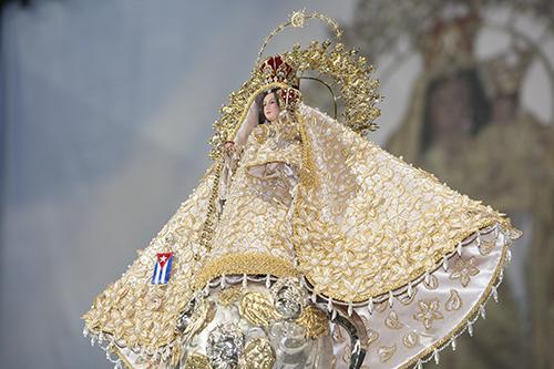 Imagen de la Virgen de la Caridad, patrona de Cuba, vestida para su fiesta.