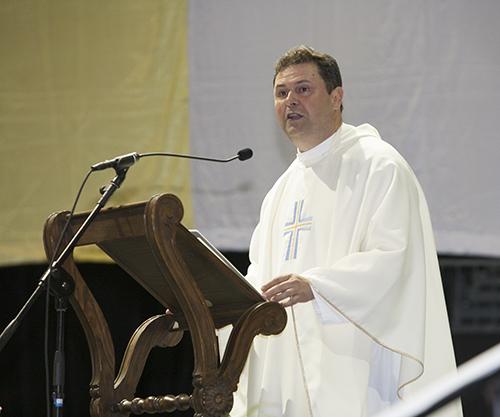 El P. Rolando Cabrera, administrador de la parroquia St. Catherine of Siena en Miami, predica la homilía en la Misa anual por la fiesta de la Virgen de la Caridad del Cobre.