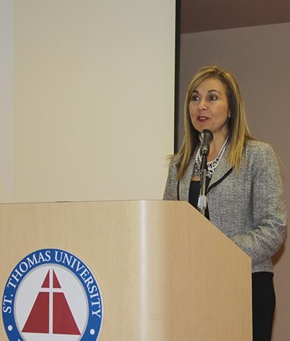 La Dra. Irma Becerra, rectora académica de la universidad St. Thomas dio una breve introducción sobre los orígenes cubanos de la Universidad St. Thomas y presentó a los tres expositores.