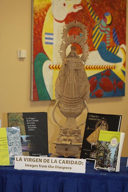 Imagen de la Virgen de la Caridad del Cobre en la Universidad St. Thomas durante la presentación, La Virgen de la Caridad: Historia y Devoción Popular.