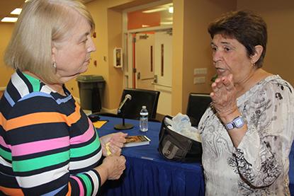 Olga Portuondo Zúñiga, escritora e historiadora cubana conversa con Margarita Torralbas después de su presentación, Origen del Culto a la Virgen de la Caridad del Cobre.