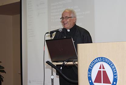 El P. Jorge Catasus, quien se ha dedicado a recopilar la música a la Virgen de la Caridad presentó el tema: las composiciones musicales a la Virgen.