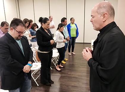 Para cerrar la reunión realizada en los salones de la parroquia Our Lady of Guadalupe, los asistentes mantuvieron un momento de silencio y rezaron.