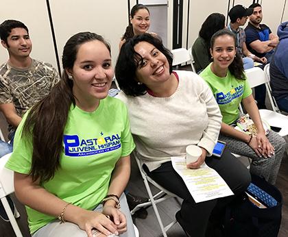 Desde la izquierda, María Acosta, Wendy Bravo y Elaine Ureña, líderes del grupo Voceros de Cristo de la parroquia St. Agatha, en Miami, asistieron al encuentro buscando lineamientos para atraer más jóvenes católicos al seno de la Iglesia.