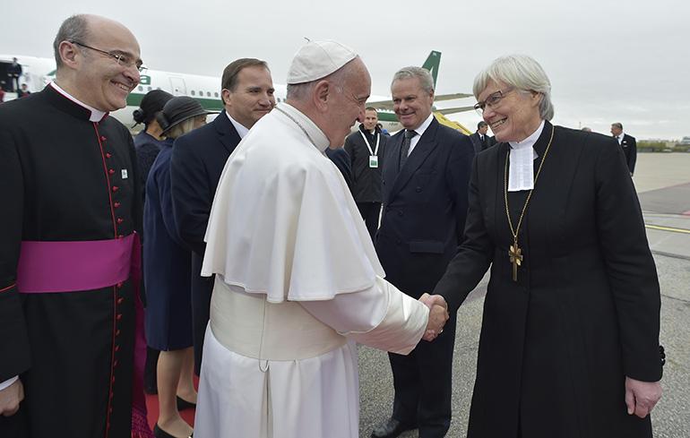 En esta foto del 31 de octubre de 2016, el Papa Francisco llega al aeropuerto internacional de Malmo, en Suecia para su visita apostólica para conmemorar el 500 aniversario de la Reforma.