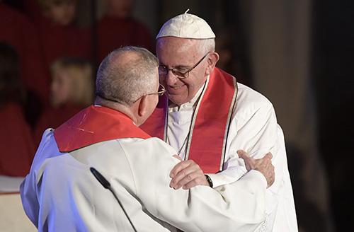 En esta foto del 31 de octubre de 2016, el Papa Francisco abraza al Obispo Dr. Munib A. Younan, presidente de la Federación Luterana Mundial, durante un servicio conjunto de oración en la catedral de Lund, por la visita apostólica del Papa, para conmemorar el 500 aniversario de la Reforma .
