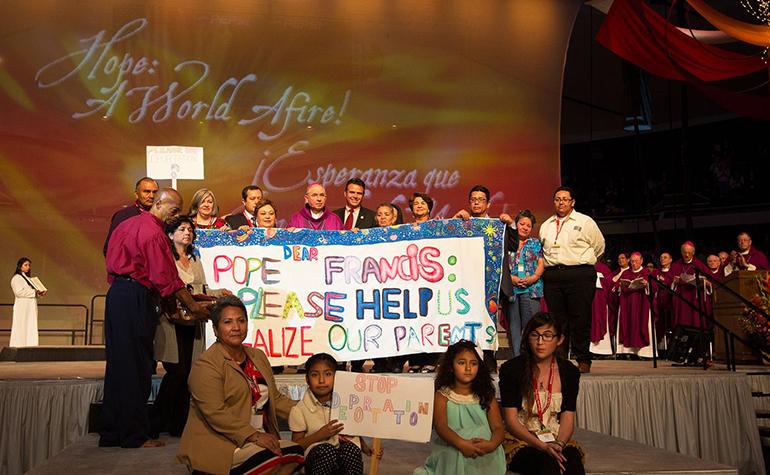 Fotografía de archivo, el Arzobispo José H. Gómez de Los Ángeles posa con los defensores de la reforma migratoria en el Congreso de Educación Religiosa 2014.
