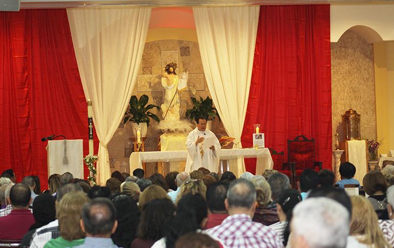 El P. Álvaro Huertas, administrador de la parroquia Santa Bárbara, explica el Evangelio durante una Misa dominical .