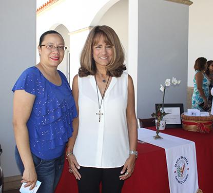 Desde la izquierda: Magdalena Espinal y Soraya Fiallo, feligresas de Santa Bárbara dan la bienvenida a los asistentes a la Misa dominical.