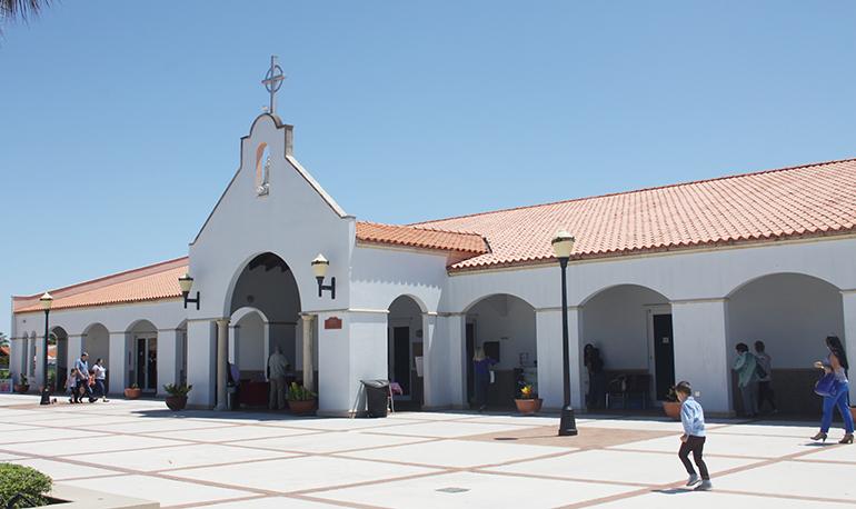 Fachada de la parroquia Santa Bárbara, en Hialeah.