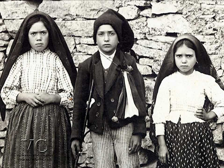 The three shepherd children of Fatima: Lucia, Francisco and Jacinta. The meetings with the Lady became a real Calvary for the three children. The family objected; they were told that it was not the Lady but the devil in person.