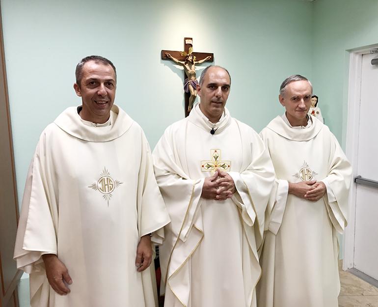 Los misioneros Paolo Bacigalupo (izq.), Michele Farina y Pietro Pigollo de las diócesis de Chiavari, Savona y Génova, respectivamente, trabajan en la Diócesis de Santa Clara, estrechando los lazos pastorales entre las iglesias italiana y cubana.