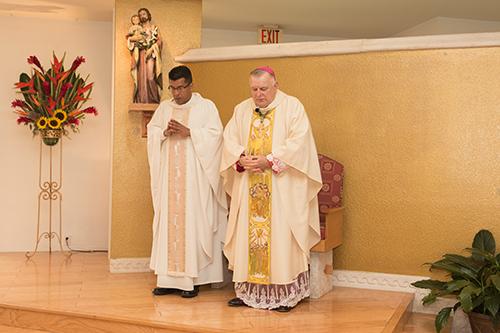 El Arzobispo Thomas Wenski junto al P. Giovanni Peña, quien fue instalado como párroco de la iglesia Prince of Peace durante la Misa por el 30 aniversario de la parroquia.