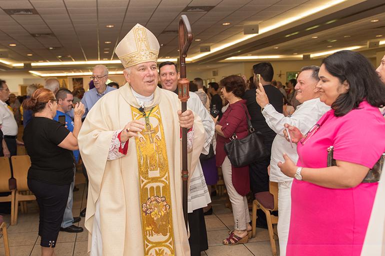 El Arzobispo Thomas Wenski saluda a los feligreses de Prince of Peace al terminar la Misa por el 30 aniversario de la parroquia.