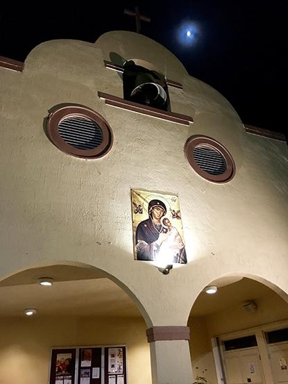 La fachada de la parroquia Prince of Peace, en el oeste de Miami-Dade, fue inspirada por las iglesias coloniales de California, joyas arquitectónicas con pequeños campanarios y estructuras arcadas.