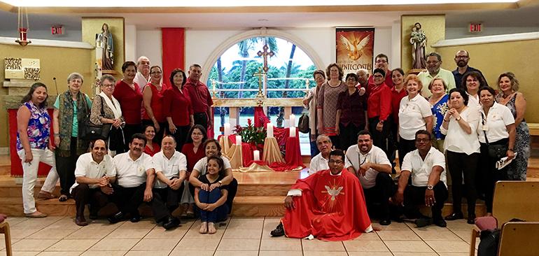 Voluntarios y feligreses de la parroquia Prince of Peace al concluir la Santa Misa en la Solemnidad de Pentecostés, el 4 de junio de 2017. El sacerdote colombiano Giovanni Peña (frente) lidera la congregación con entusiasmo evangélico.