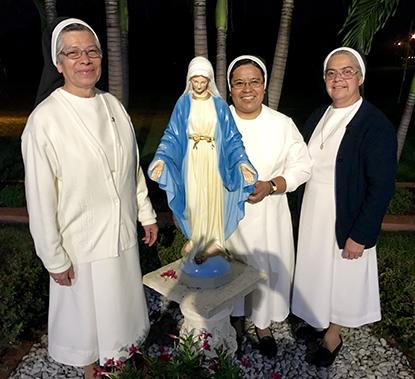 Las Hnas. mexicanas María Cristina Vargas Sánchez (izq.), Guadalupe Moctezuma y Esther Samudio, de la Congregación de Religiosas Teatinas de la Inmaculada Concepción, viven cerca de la parroquia y participan en sus servicios litúrgicos.