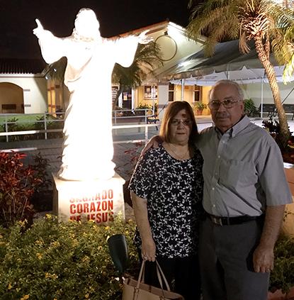 Carlos y Maggie Pernas, uno de los matrimonios fundadores de la parroquia Prince of Peace hace tres décadas, cuando los servicios se realizaban en el Colegio de Belén. En marzo de 1999, se inauguró la nueva sede de la parroquia donde una imagen del Sagrado Corazón de Jesús da la bienvenida a los fieles.