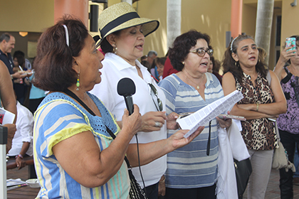 Devotas de la Virgen Inmaculada Concepción de El Viejo, le cantan a la patrona de Nicaragua después de la Misa ofrecida en la parroquia St. Rose of Lima, una de las 11 iglesias en Miami que recibieron este año a la Virgen.