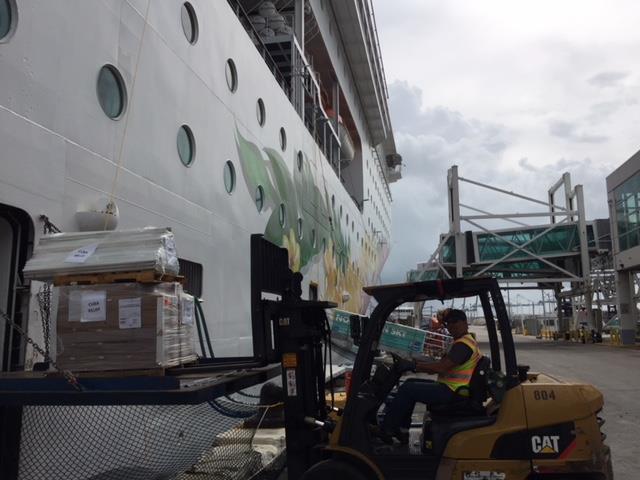 En el puerto de Miami mientras se carga un barco de cruceros Norwegian con las donaciones que la Orden de Malta recolectó para los afectados por el huracán Irma en Cuba.