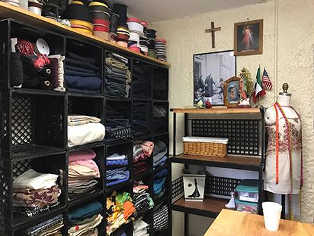 El taller de costura es parte de los cursos de formación para adultos que el Centro La Salle ofrece a los residentes, en su mayoría trabajadores agrícolas, del campamento South Dade, al sur del Condado Miami-Dade. Los materiales del taller de costura provienen de donaciones.