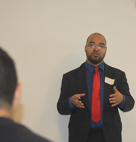 Félix Montañez, abogado de Catholic Legal Services explica a los participantes de la charla gratuita sobre inmigración cuáles son sus derechos en este país, en la parroquia Our Lady of Guadalupe, en El Doral.