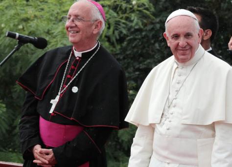 Mons. Emilio Aranguren con el Papa Francisco en la Loma de la Cruz, en Holguín.