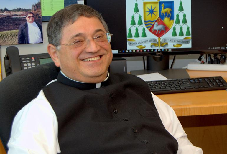 El Obispo Enrique Delgado ya ha diseñado su escudo de armas como Obispo Auxiliar de Miami. El emblema combina los símbolos del Perú, donde nació, con los del Sur de La Florida, hogar de la Archidiócesis a la que sirve.
