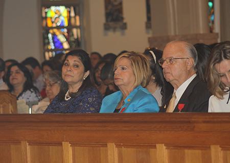 Desde la izquierda, la fundadora del movimiento Matrimonios en Victoria en Guatemala, Elizabeth Valladares de Juárez y el matrimonio fundador del movimiento en Miami, Beatriz y John Harriman, durante la Misa celebrada por el Arzobispo Thomas Wenski, en la Catedral St. Mary, por el 20 aniversario del movimiento en la Arquidiócesis de Miami.