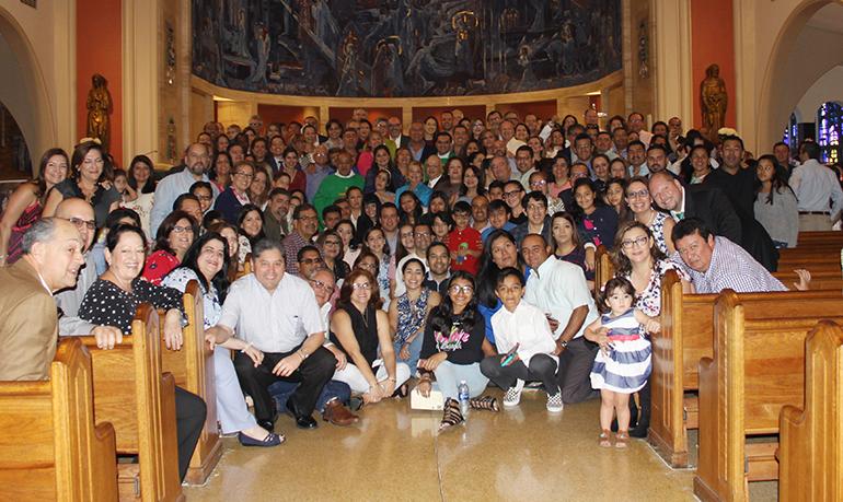 Posan para la fotografía las parejas integrantes del movimiento Matrimonios en Victoria que asistieron a la Misa celebrada por el Arzobispo Thomas Wenski, el 28 de enero, en la Catedral St. Mary, por el 20 aniversario del movimiento en la Arquidiócesis de Miami.