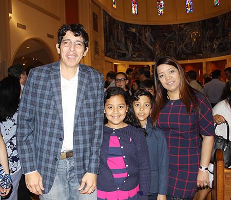 Desde la izquierda, Oscar Cocurulo, sus hijos Gina y Marco de 9 años y su esposa Heidi Cocurulo. La familia Cocurulo asistió a la Misa en la Catedral St. Mary, por el 20 aniversario del Movimiento Matrimonios en Victoria, al cual pertenecen desde diciembre pasado, en la parroquia Corpus Christi.