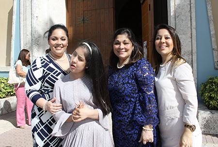 La fundadora del Movimiento Matrimonios en Victoria, Elizabeth Valladares de Juárez llegó a Miami por el 20 aniversario del movimiento en esta ciudad. Le acompañan, desde la izquierda, su hija Sofía Dieguez, su nieta Gaby de García y su otra hija Karli Dieguez.