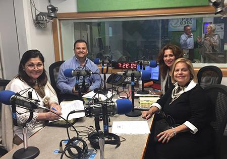 Elizabeth Valladares de Juárez (izquierda) fundadora del movimiento Matrimonios en Victoria, en Guatemala, asistió al programa de radio del movimiento en Miami,