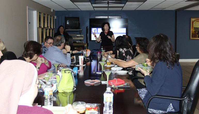 Mary Ross Agosta, directora de la Oficina de Comunicaciones de la Arquidiócesis de Miami, dio inicio a la charla informativa sobre