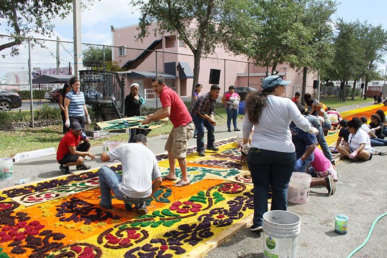 Cientos de feligreses de la parroquia Corpus Christi y de sus cinco misiones cada año, hace 20, realizan la colorida alfombra para la procesión de las imágenes de la Virgen de la Esperanza Macarena y el Cristo Cautivo de Medinaceli del Viernes Santo.