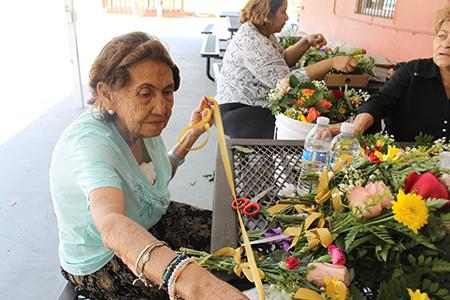 María Vargas, feligresa de tantos años de la parroquia Corpus Christi elabora ramitos de flores para ser ofrecidos a las imágenes  durante la procesión del Viernes Santo.