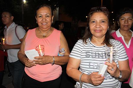 Desde la izquierda María Ángeles Rivero, y  Mercedes Santiago acompañan la procesión de la Virgen de la Macarena y el Cristo Cautivo de Medinaceli por las calles cercanas a la parroquia Corpus Christi. Ellas vinieron desde Miramar.
