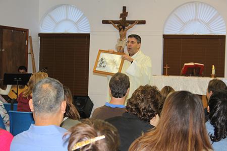 El P. Manny Álvarez, párroco de la iglesia Immaculate Conception, en Hialeah, durante la Misa que ofició por el 45 aniversario de Camino del Matrimonio dijo ser el primer sacerdote hijo de caminantes, sus padres pasaron el Camino número 2.