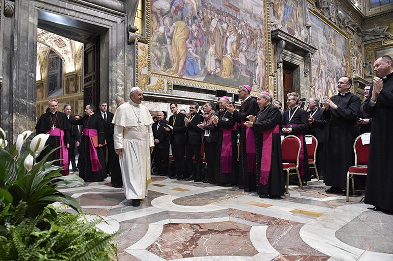 El Papa Francisco se reúne con los Misioneros de la Misericordia en la Ciudad del Vaticano el 10 de abril de 2018.