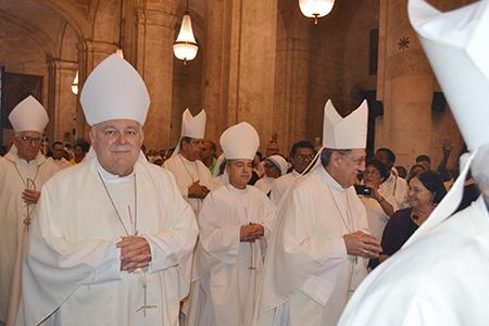 El Arzobispo de Miami, Thomas Wenski asistió a la ordenación episcopal de Mons. Silvano Pedroso Montalvo, el nuevo obispo de Guantánamo-Baracoa. A su izquierda Mons. Arturo González, Obispo de la diócesis de Santa Clara, Cuba.