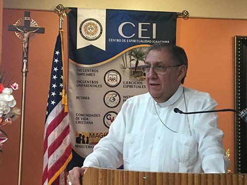 Mons. Arturo González, obispo de Santa Clara, tuvo un encuentro en Miami con la comunidad de Sagüa la Grande en el exilio para agradecerles por su ayuda a la Iglesia cubana.