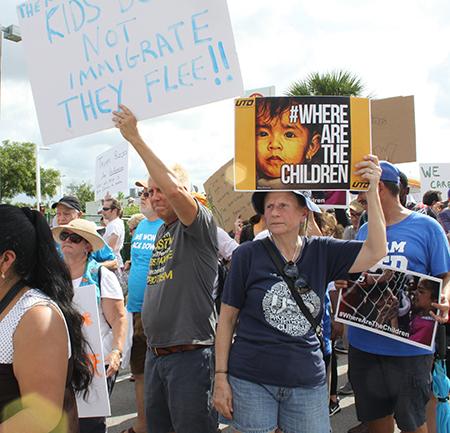 Con pancartas en mano manifestantes en contra de la separación de familias en la frontera sur del país, marcharon el 23 de junio hasta el centro de detención de menores en Homestead.